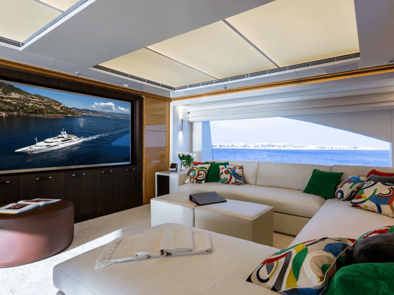 2014 Rénovation complète de ce Benetti 60m incluant de nouveaux systèmes AV / IT et un contrôle intégré des nouveaux éclairages LED. 2017 Mise à jour du cinéma du salon principal et intégration du serveur de films et de musique Omniyon.