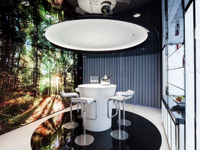 Intégration complexe de systèmes audio-vidéo incluant le contrôle iPad (domotique), télécommandes Crestron et Bang & Olufsen, et un mur vidéo LED de 3m réalisé sur mesure.
